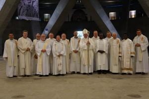 Monseigneur Guy Harpigny avec ses proches collaborateurs les prêtres et les diacres